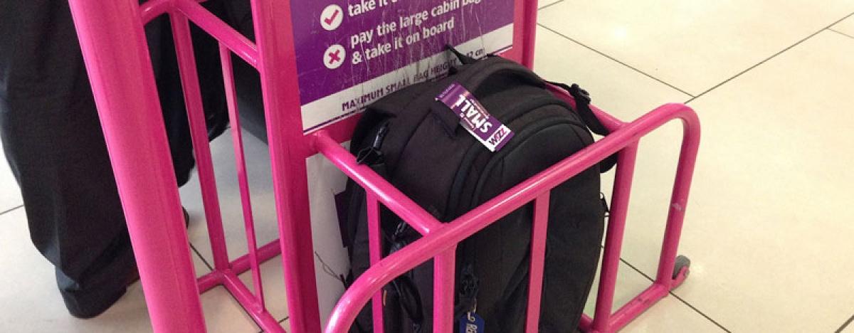 87d014699615 A Wizz Airnél továbbra is ingyen a fedélzetre vihető a 40 x 30 x 18  centiméternél kisebb táska. Hasonló intézkedést vezetett be november 1-jei  hatállyal a ...