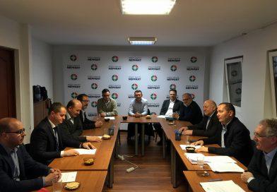 Hárompárti egyeztetést szorgalmaz a Néppárt és az MPP elnöksége