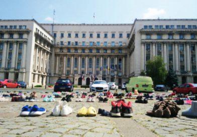 Gyerekcipőkkel emlékeztették a belügyeseket arra, hogy évente több száz gyerek tűnik el Romániában