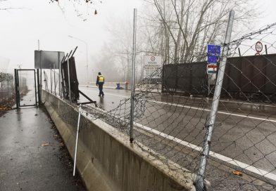 A migránsok áttörték a kerítést Röszkénél – lövések dördültek